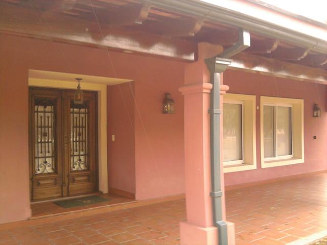 Casa de campo villa jardin i for Puertas para frente de casa de madera