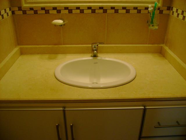 Baño Vista En Planta:Baño con mesada de mármol y mueble